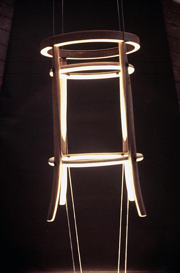 sgabello in legno, cavi in acciaio, lampada, installazione a dimensione variabile
